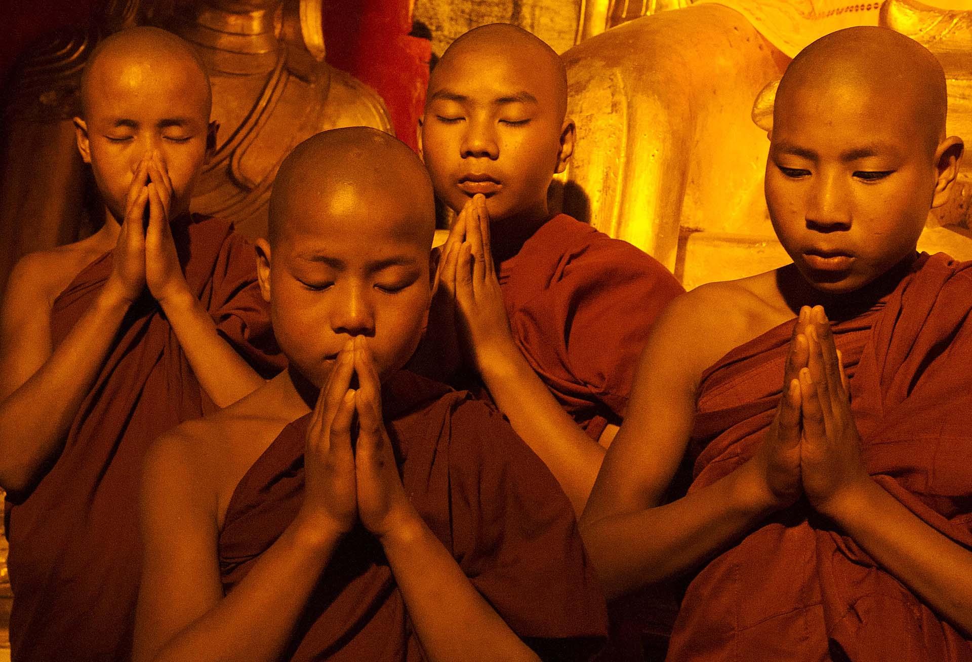 myanmar-biddende-jongen-monikken-boeddisme-header