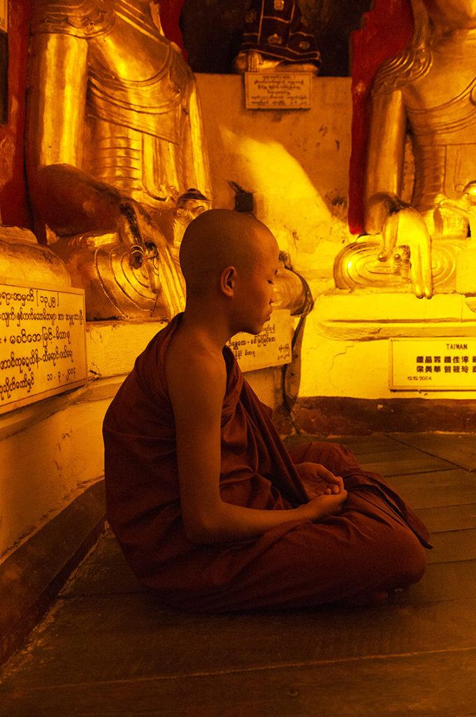 myanmar-biddende-monnik