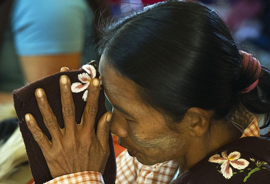 myanmar-biddende-vrouw-boeddisme