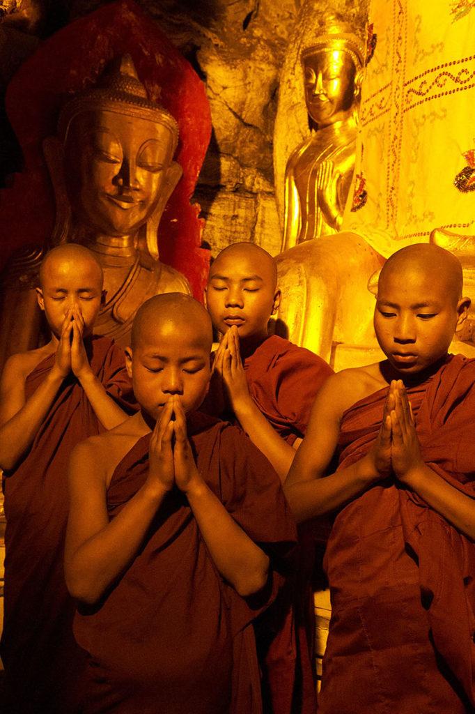 myanmar-kalaw-biddende-jongen-monikken-boeddisme