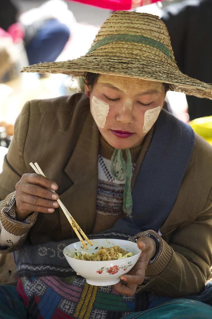 myanmar-kalaw-markt-vrouw-eten