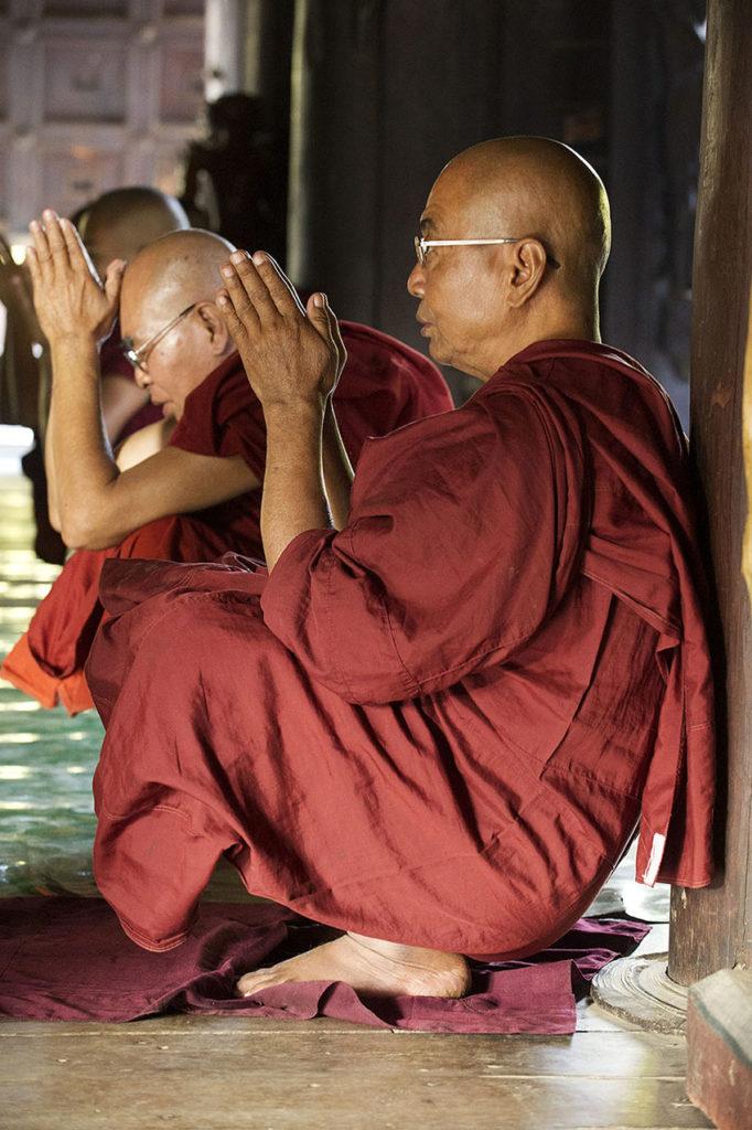 myanmar-mandalay-biddende-monikken--boeddisme