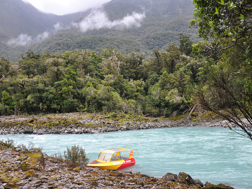 nieuw-zeeland-waiatoto-river-safari-bootje-aangemeerd