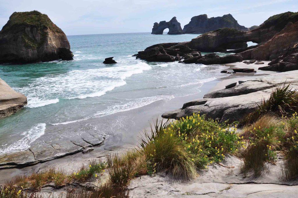 nieuw-zeeland-wharariki-beach-strand.