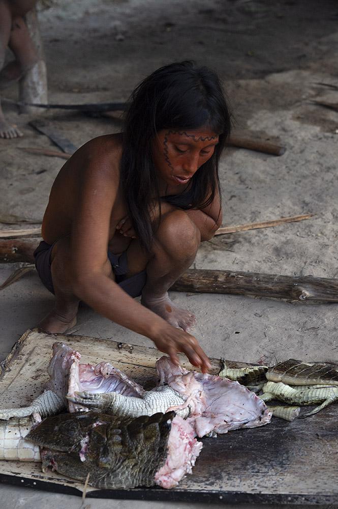 venezuela-yanomami-vrouw-bereid-kaaiman