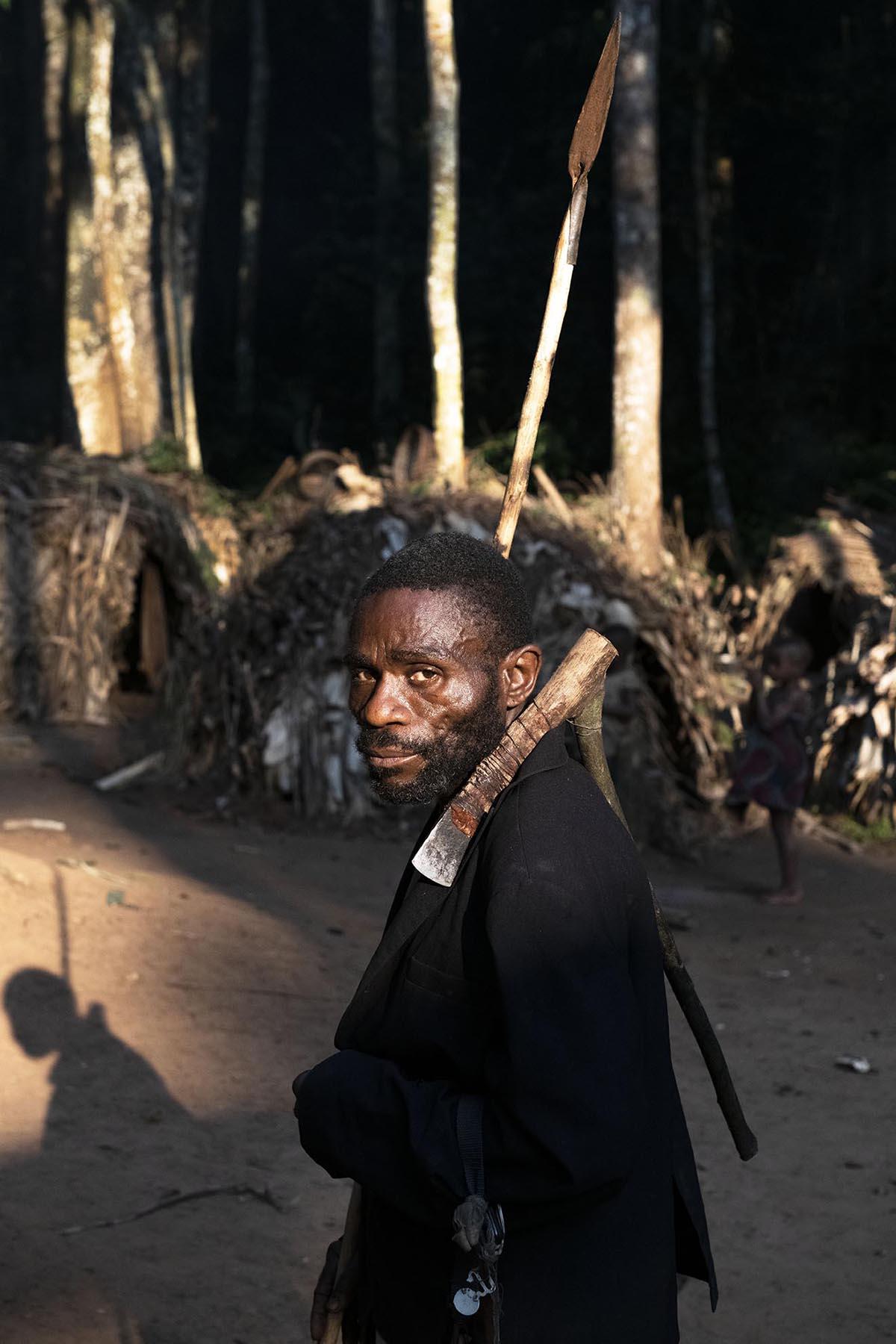 kameroen-baka-pygmeeën-man-tradionele-bijl