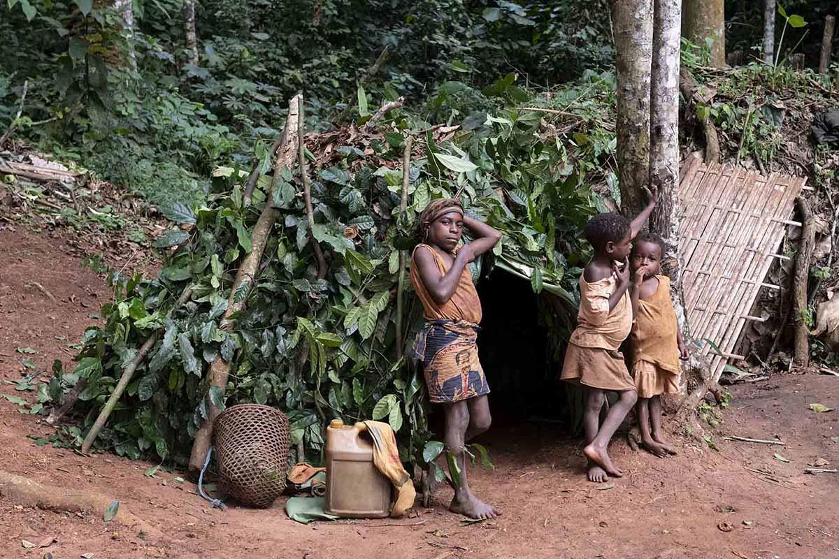 kameroen-baka-pygmeeën-tribes-kinderen-hut