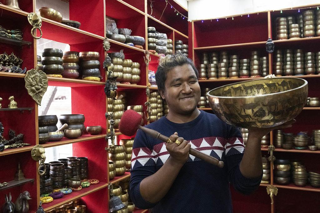nepal-kathmandu-klankschalenverkoper
