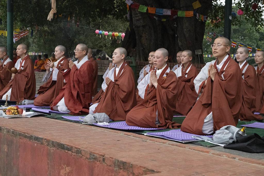 nepal-lumbini-biddende-nonnen
